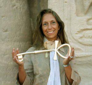 Vesna Wittke-Grimault avec la clef du temple de Ramsès II à Abou Simbel: un beau symbole…